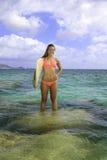 Blond im Bikini mit Surfbrett Lizenzfreies Stockfoto