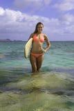 Blond im Bikini mit Surfbrett Stockfoto