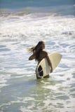 Blond im Bikini mit Surfbrett Stockfotografie