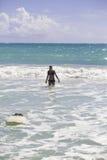 Blond im Bikini mit Surfbrett Stockbild
