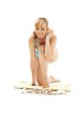 Blond im blauen Bikini mit Oberteil Lizenzfreie Stockfotografie
