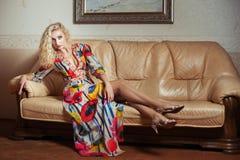 Blond im bunten Kleid und hell Stockbild