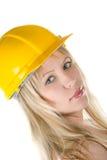 Blond im gelben Gebäudesturzhelm Stockfotos