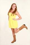 Blond im gelben Kleid und in den Cowboystiefeln Lizenzfreies Stockfoto