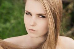 Blond im grünen Gras Lizenzfreie Stockbilder