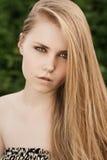 Blond im grünen Gras Stockfotografie