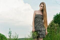 Blond im grünen Gras Lizenzfreie Stockfotografie