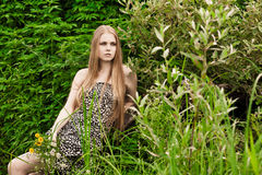 Blond im grünen Gras Stockbilder
