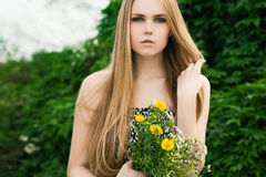 Blond im grünen Gras Stockfotos