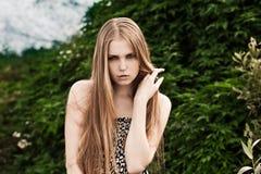 Blond im grünen Gras Lizenzfreies Stockbild