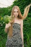 Blond im grünen Gras Stockbild