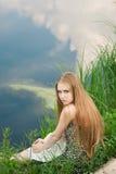 Blond im grünen Gras Stockfoto