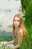 Blond im grünen Gras Lizenzfreies Stockfoto