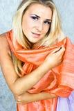 Blond im korallenroten Schal Lizenzfreie Stockfotografie
