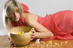 Blond im Rot Stockfoto
