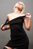 Blond im Schwarzen Stockfotografie