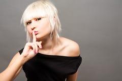 Blond im Schwarzen Stockfoto