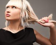 Blond im Schwarzen Lizenzfreies Stockfoto