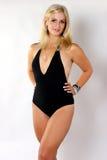 Blond im schwarzen Schwimmen-Anzug Stockfotos