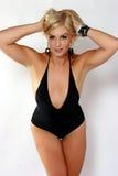 Blond im schwarzen Schwimmen-Anzug Stockfoto