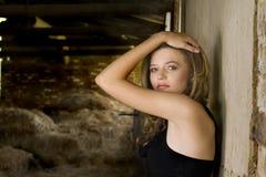 Blond im Stall Lizenzfreies Stockbild
