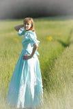 Blond im Weinlesekleid auf dem Gebiet Stockfotos