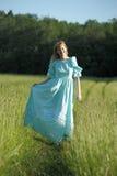 Blond im Weinlesekleid auf dem Gebiet Stockfotografie