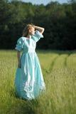 Blond im Weinlesekleid auf dem Gebiet Lizenzfreie Stockfotografie
