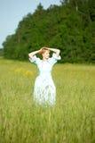 Blond im Weinlesekleid auf dem Gebiet Stockfoto