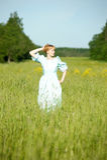 Blond im Weinlesekleid auf dem Gebiet Lizenzfreie Stockfotos
