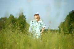 Blond im Weinlesekleid auf dem Gebiet Lizenzfreies Stockfoto