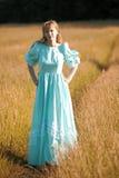 Blond im Weinlesekleid im Herbst Lizenzfreies Stockfoto