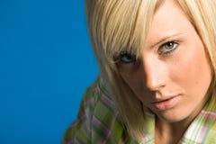 blond innegrejflicka för tillfälliga kläder arkivbild
