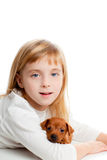 Blond jong geitjemeisje met mini de mascottehond van het pinscherhuisdier Royalty-vrije Stock Afbeeldingen