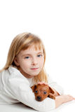 Blond jong geitjemeisje met mini de mascottehond van het pinscherhuisdier Stock Fotografie