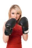 Blond jong meisje in bokshandschoenen Stock Foto's