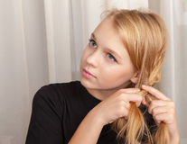 Blond Kaukaski dziewczyna warkoczy plecenie, zbliżenie portret Obrazy Royalty Free