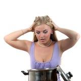 Blond kijk aan de pan en vul verrast Royalty-vrije Stock Foto's
