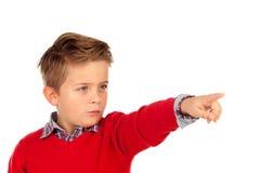 Blond kind die met rood Jersey met zijn vinger richten Stock Foto