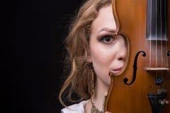 Blond kobieta chuje za skrzypce Zdjęcia Stock