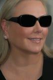 Blond kobieta jest ubranym okularów przeciwsłonecznych ono uśmiecha się Obrazy Stock