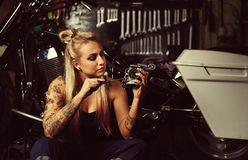 Blond kobieta mechanik fotografia stock