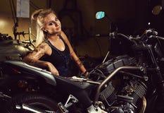 Blond kobieta mechanik obrazy royalty free