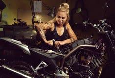 Blond kobieta mechanik fotografia royalty free