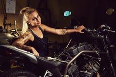Blond kobieta mechanik zdjęcia royalty free