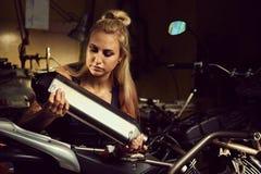 Blond kobieta mechanik zdjęcie stock