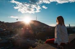 Blond kobieta patrzeje miasto Zdjęcia Stock