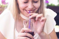 Blond kobieta pije smoothies Zdjęcia Stock