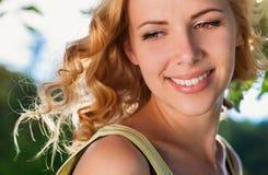 Blond kobieta, podrzuca kędzierzawego włosy Lato pogodna natura Fotografia Royalty Free