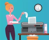 Blond kobieta pracownik strzępi stos papierowi dokumenty w małym stołowym shedder Tarty papier wchodzić do przetwarzającego kosz  royalty ilustracja